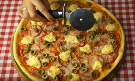 Нарезаем пиццу на куски