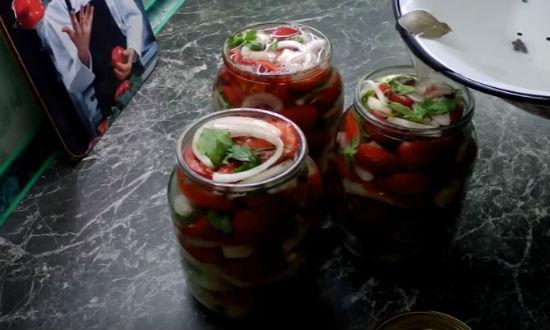 Заливаем салат маринадом