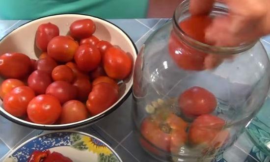 Закладываем помидоры в банку