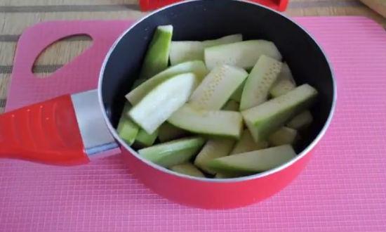 Складываем кабачки в посуду