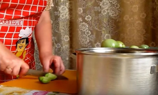 нарезаем помидоры