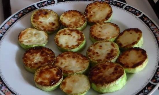 Кабачки с помидорами и чесноком на сковороде без майонеза