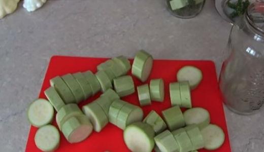 Нарезаем кружочками кабачки