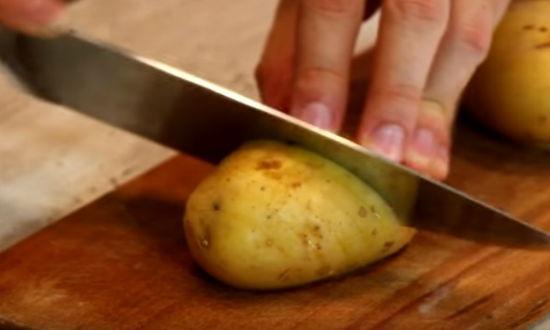 Делаем надрезы на картошке