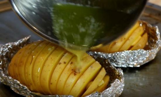 Поливаем маслом картошку