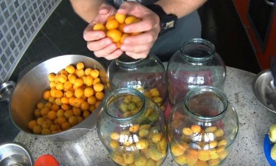 Раскладываем абрикосы по банкам