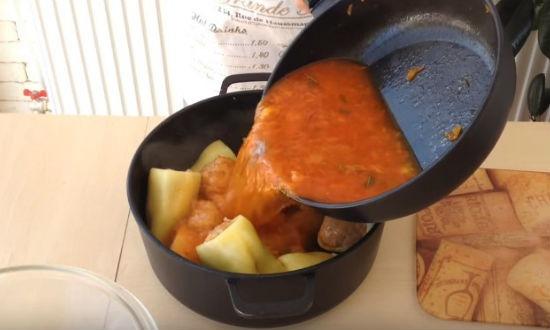 Заливаем перцы соусом