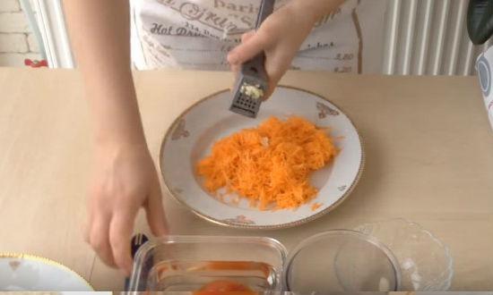 Выдавливаем чеснок в морковь