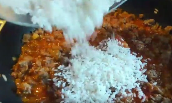 Высыпаем рис