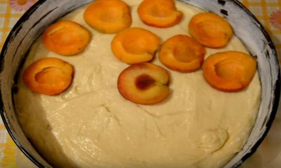 укладываем абрикосы в тесто