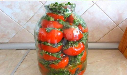 Заполняем банку помидорами с приправой слоями