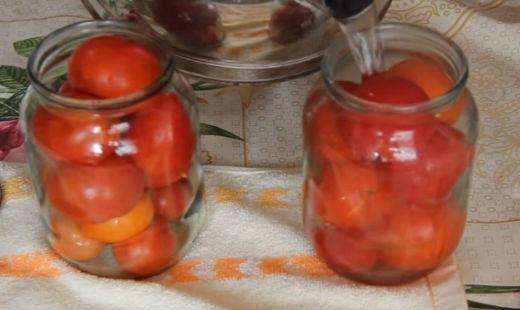 Заливаем помидоры в банках кипятком
