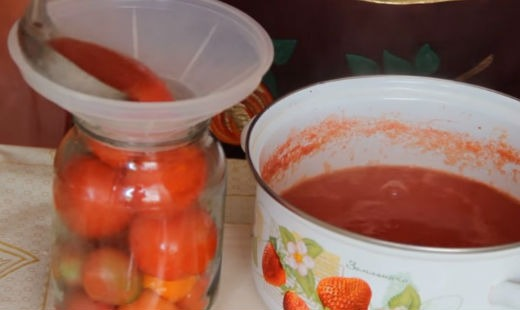 Заливаем помидоры в банках соком