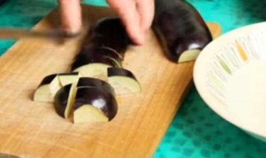 Нарезаем средними кусочками баклажаны