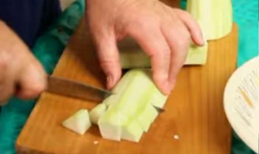 Нарезаем средними кусочками кабачки