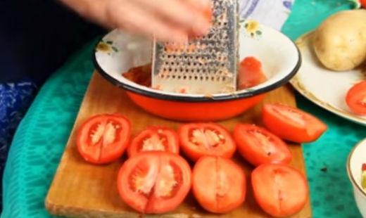 Натираем на терке помидоры