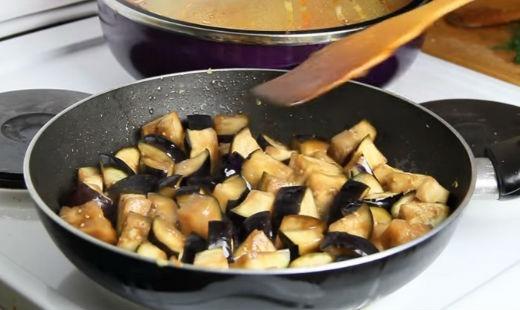 Обжариваем в сковороде баклажаны