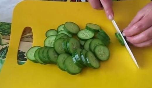 Нарезаем кружками огурцы для салата