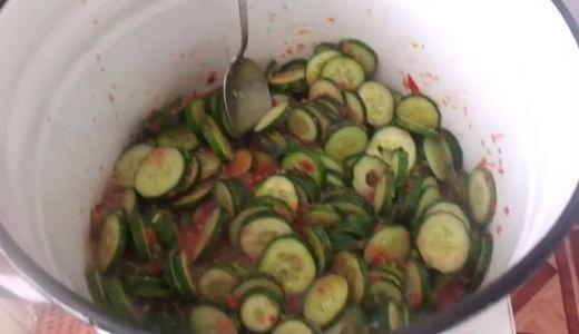 Смешиваем салат в большой ёмкости