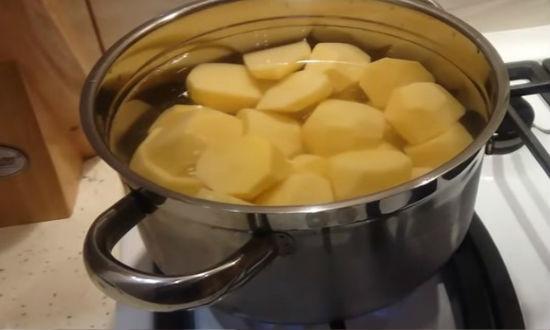 Варим картофель для пюре
