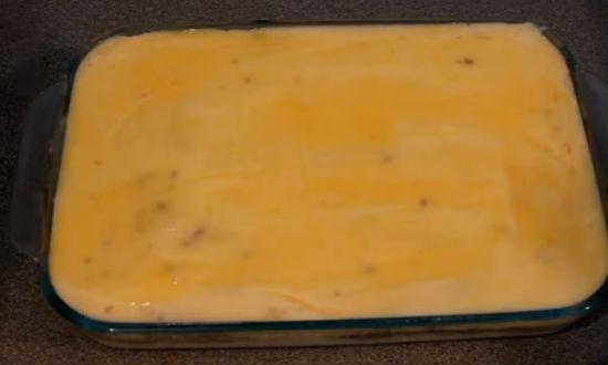 Верхний слой запеканки смазываем яйцом