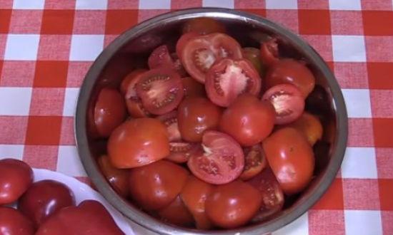 Нарезанные для аджики помидоры