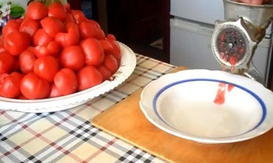 Пропускаем приготовленные помидоры через мясорубку