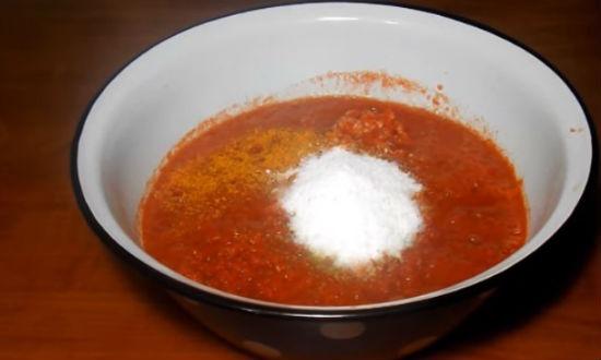 Добавляем соль, уксус, травы