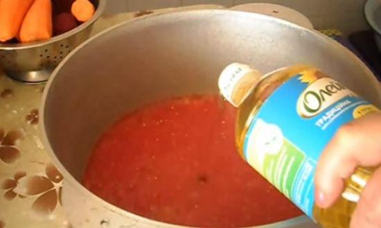 Смешиваем перец с помидорами в казане