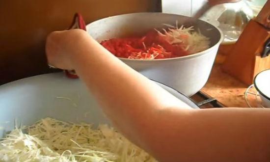 Закладываем порциями капусту