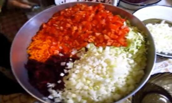 Смешиваем в казане все овощи