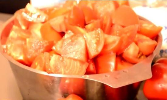 Нарезаем помидоры для лечо