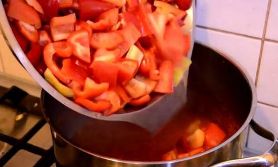 Закладываем в кипящий сок порезанные перцы