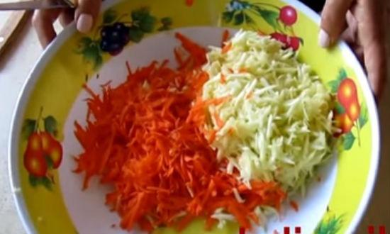 Натертая морковь и кабачок