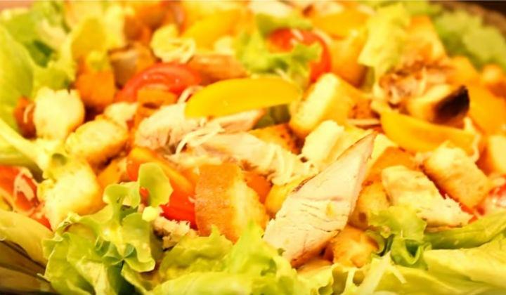 Салат цезарь с яичным соусом