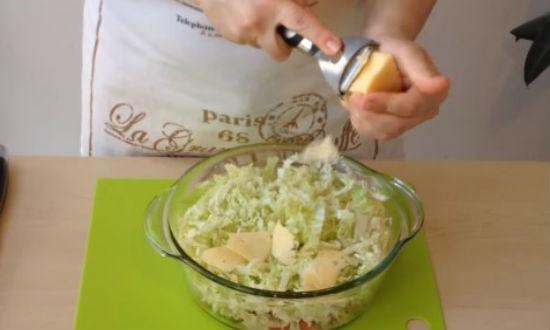 Нарезаем тонкими пластиками сыр