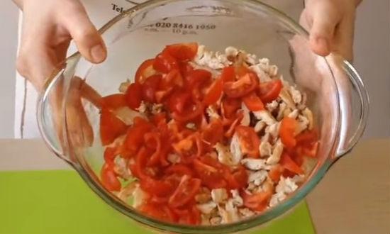 Нарезаем помидоры и добавляем к мясу