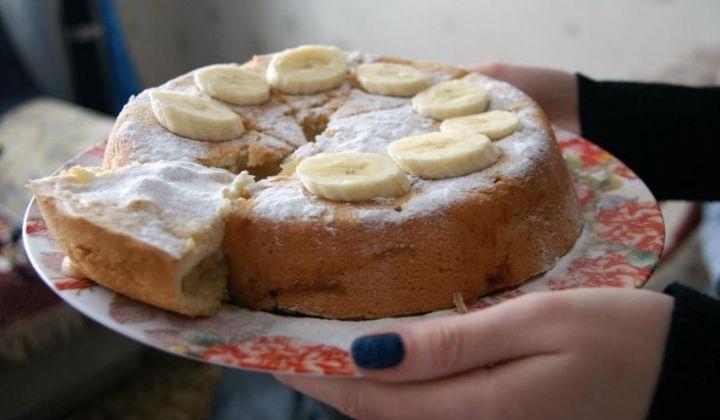 Пышная шарлотка с яблоками и бананом