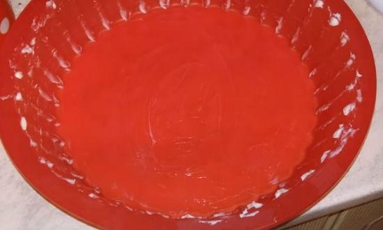 Смазываем форму маслом