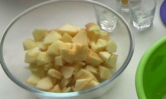 Нарезаем яблоки кусочками