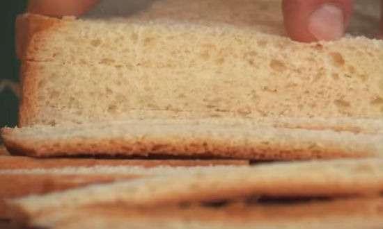 Нарезаем на куски хлеб
