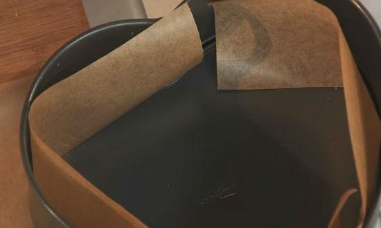 Закрываем бока формы бумагой