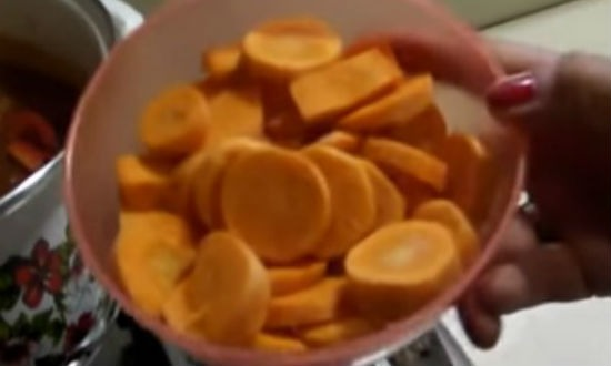 Нарезаем кружочками морковь