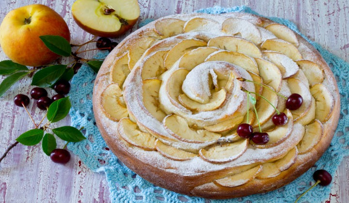 Рецепт шарлотки с яблоками и ягодами