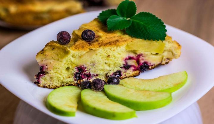 Рецепт пышной шарлотки с яблоками и ягодами