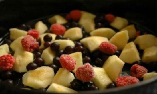 Закладываем яблоки и ягоды в форму