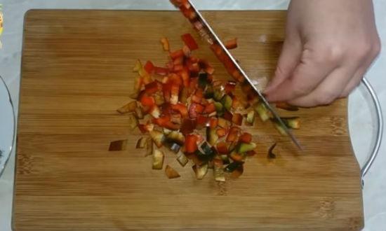 Нарезаем сладкий перец кубиками