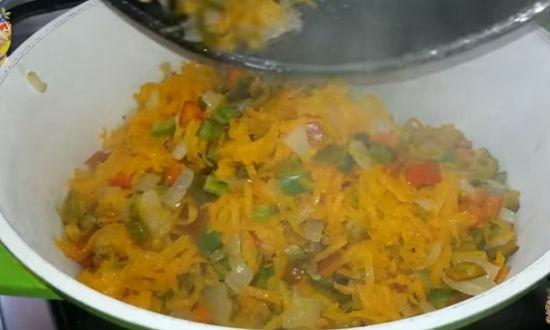 Выкладываем обжаренные овощи в кастрюлю