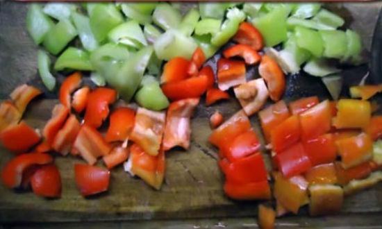 Нарезаем перец кубиками