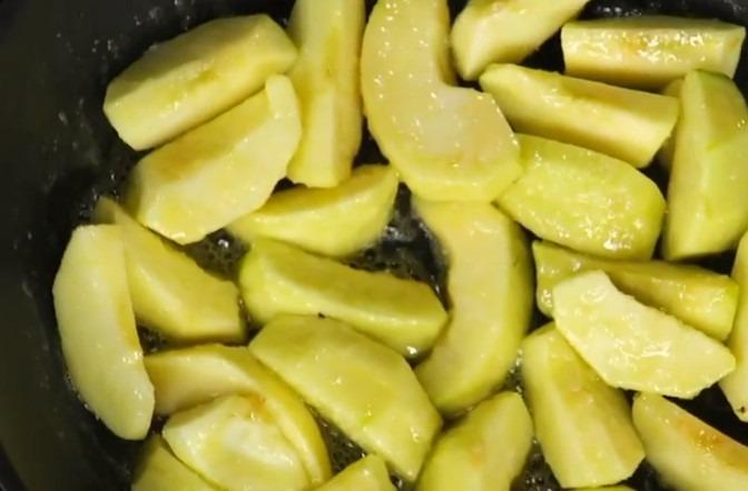Обжариваем яблоки в масле